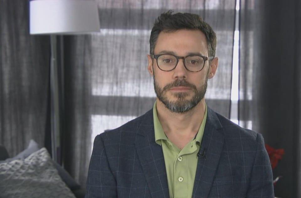 Un homme en entrevue à Radio-Canada.