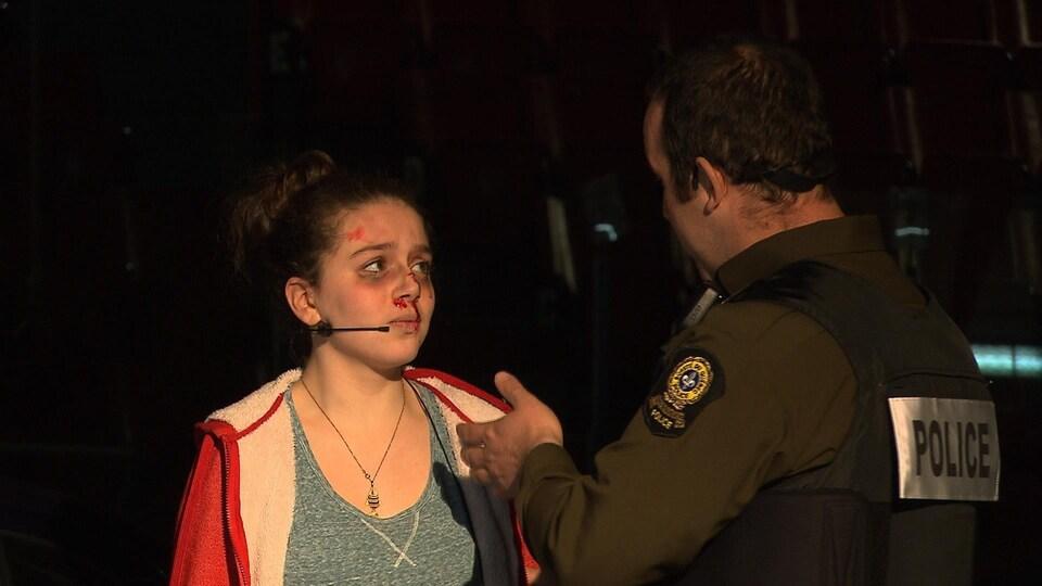 Le policier s'apprête à procéder à l'arrestation de la jeune conductrice qui a pris le volant avec les facultés affaiblies et causé la mort d'une personne dans l'autre véhicule lors de l'impact.