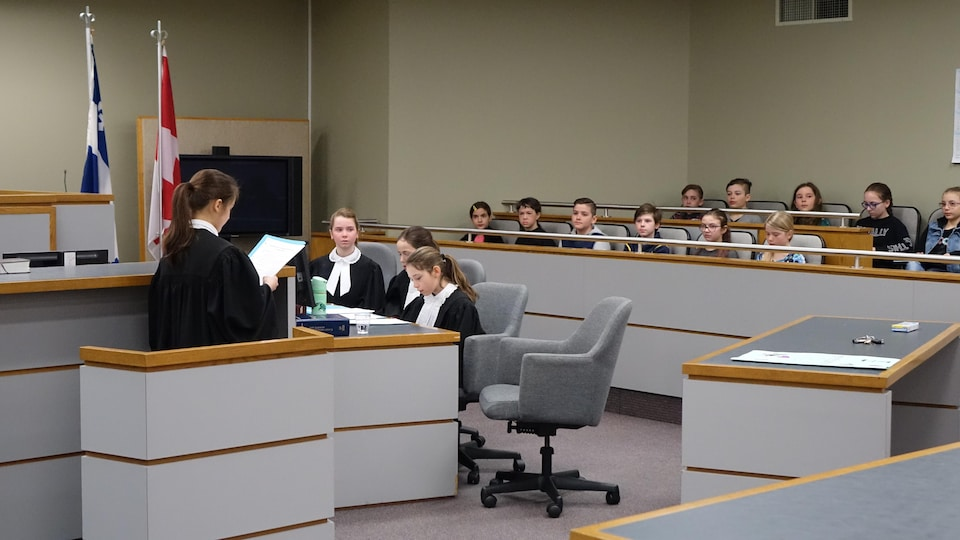 L'une des jeunes procureures aux poursuites criminelles et pénales s'adresse au jury lors de la simulation de procès au palais de justice de Rivière-du-Loup.