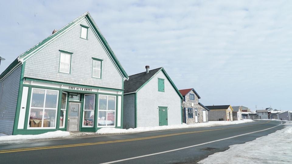 La rue touristique du site historique de La Grave, aux Îles-de-la-Madeleine, en hiver. On y voit le Café de La Grave.