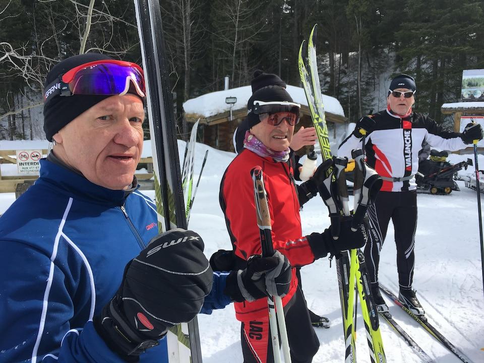 Trois hommes avec leurs skis de fond