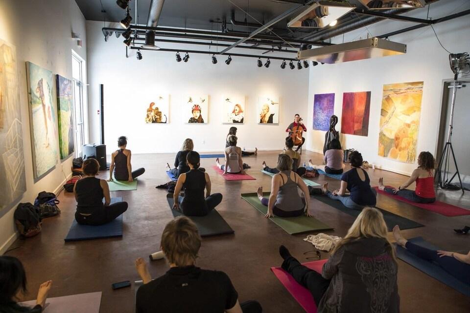 Des femmes pratiquent une séance de yoga.