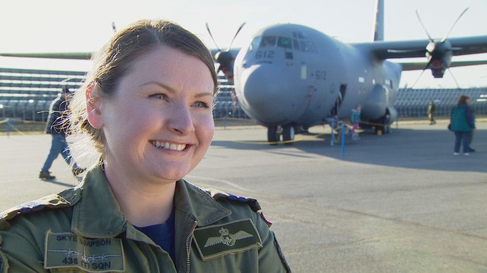 La capitaine Skye Simpson et son avion, un super Hercules, derrière elle.
