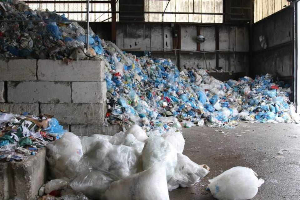 Des déchets stockés dans un centre de tri.