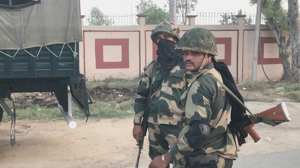 Soldats indiens au poste frontalier de Wagah.