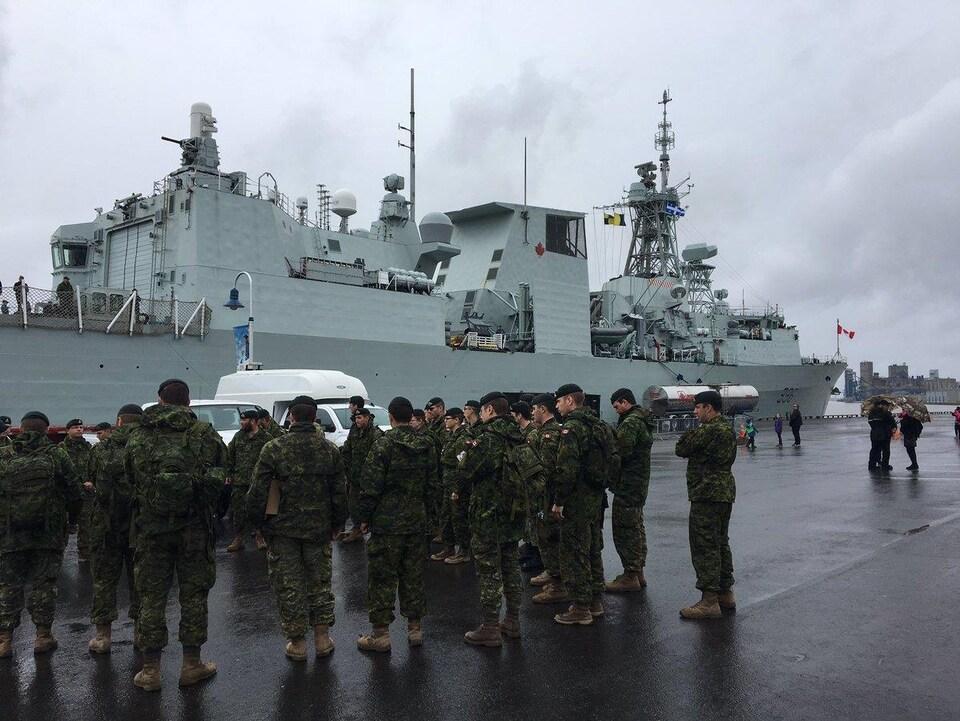 Des soldats canadiens avant leur départ à bord du NCSM Montréal au port de Trois-Rivières