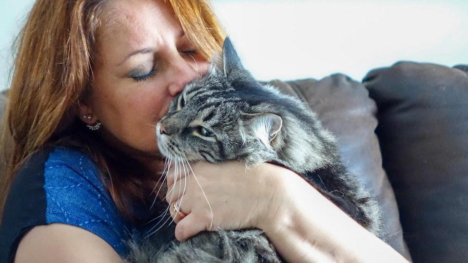 Photo de Sophie Vachon qui tient son chat dans ses bras.
