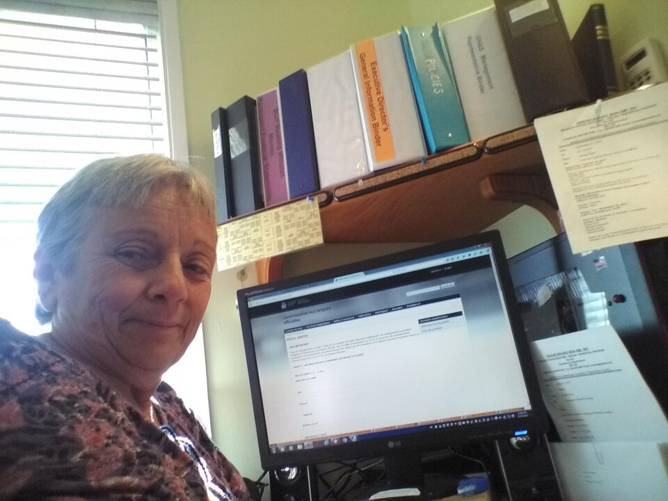 Soraya Ellert devant son ordinateur