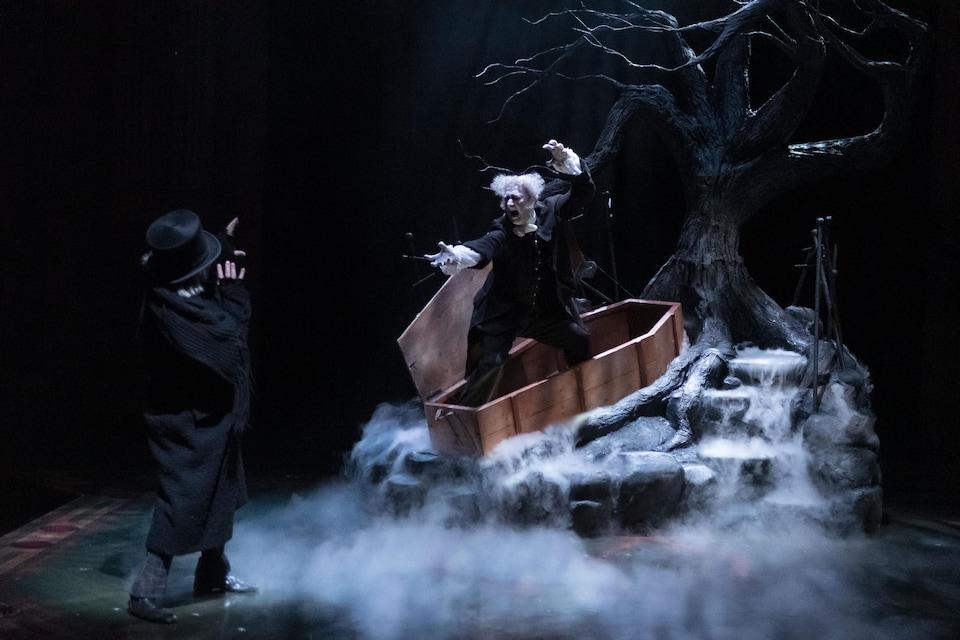 Un fantôme sort d'un cercueil la nuit pour faire peur à un homme.