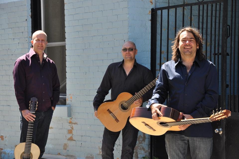 Trois hommes et leur guitare.