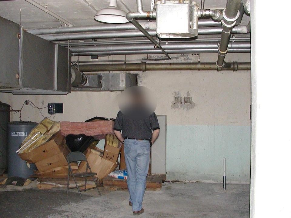Un agent dans un sous-sol.