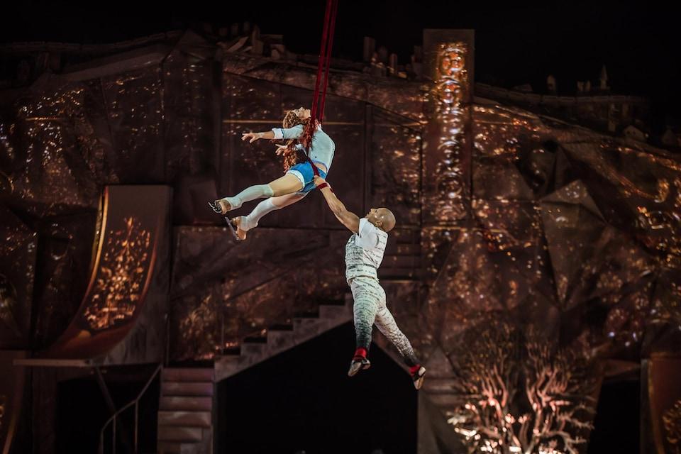 Crystal et son ami acrobate lors du numéro de courroies aériennes, le plus beau du spectacle.