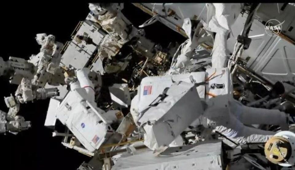 L'astronaute David Saint-Jacques (premier plan) et sa collègue procèdent à plusieurs tâches d'entretien à la SSI.