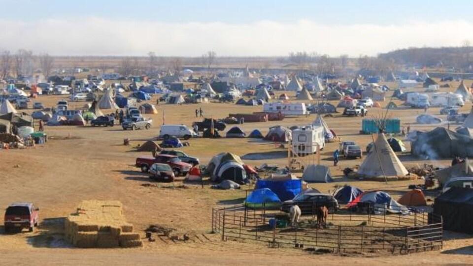 Des installations du camp Oceti Sakowin près de la Première Nation Standing Rock.