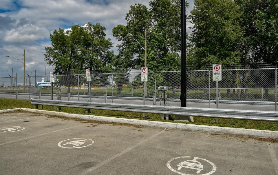 Des pancartes et des marques sur le sol interdisent aux voitures non électriques de se stationner.