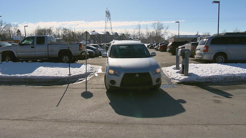 Une voiture sort du stationnement du Centre Vidéotron en hiver.