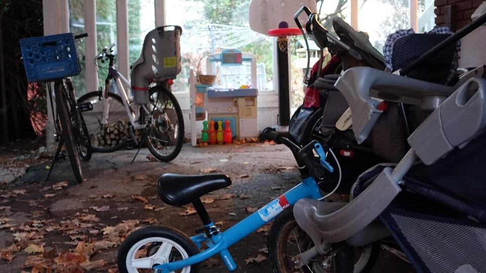 Le stationnement de la maison de Yann Blanchard et Josiane Parent : aucune voiture, mais plusieurs vélos et quelques poussettes