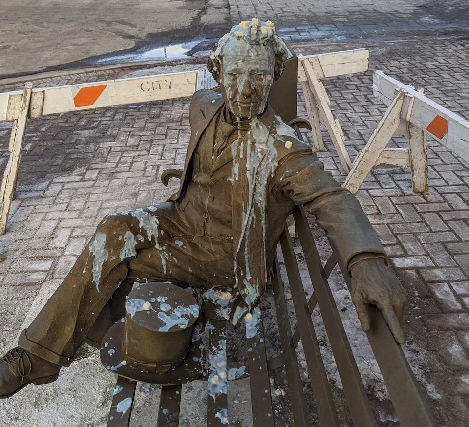 La statue de John A. Macdonald de Charlottetown a été recouverte de soupe de poisson le dimanche 7 mars 2021.