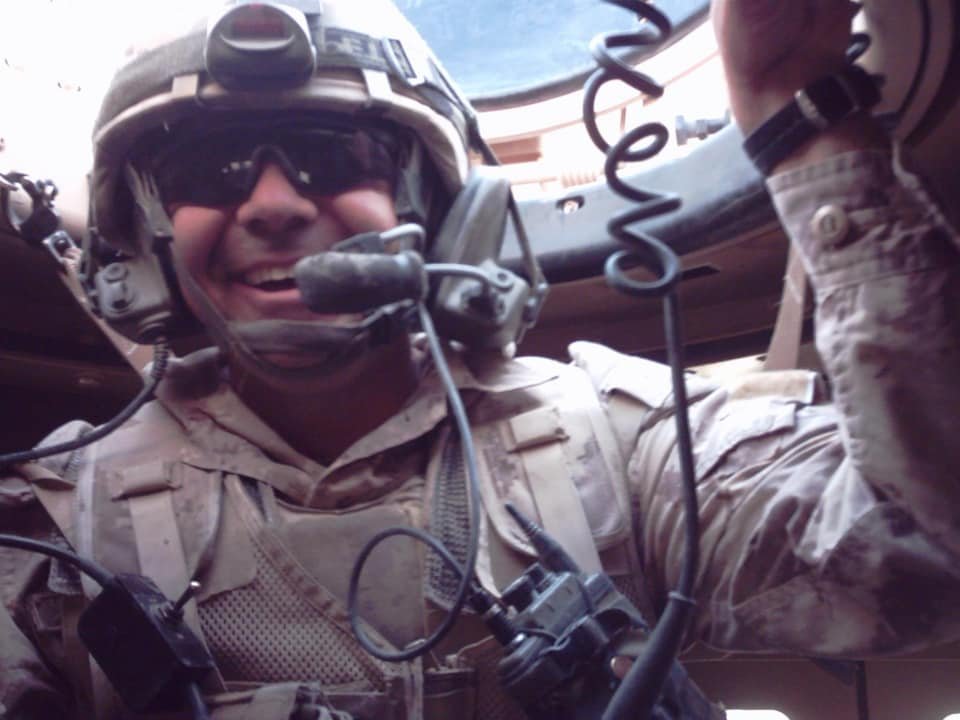 La major Stéphane Tremblay dans l'écoutille d'un véhicule blindé.