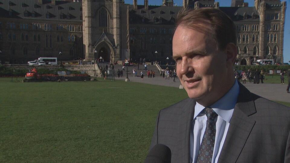 Steven MacKinnon répond aux questions d'une journaliste sur la colline du Parlement à Ottawa.
