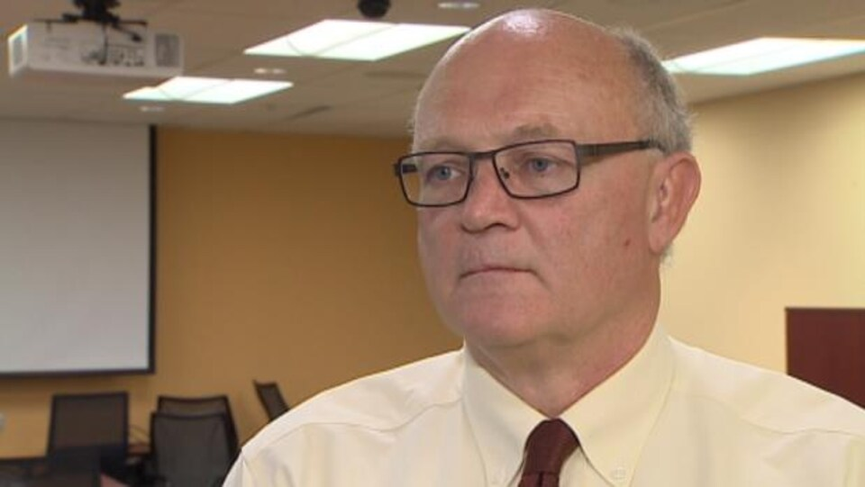 Robert Strang en entrevue.