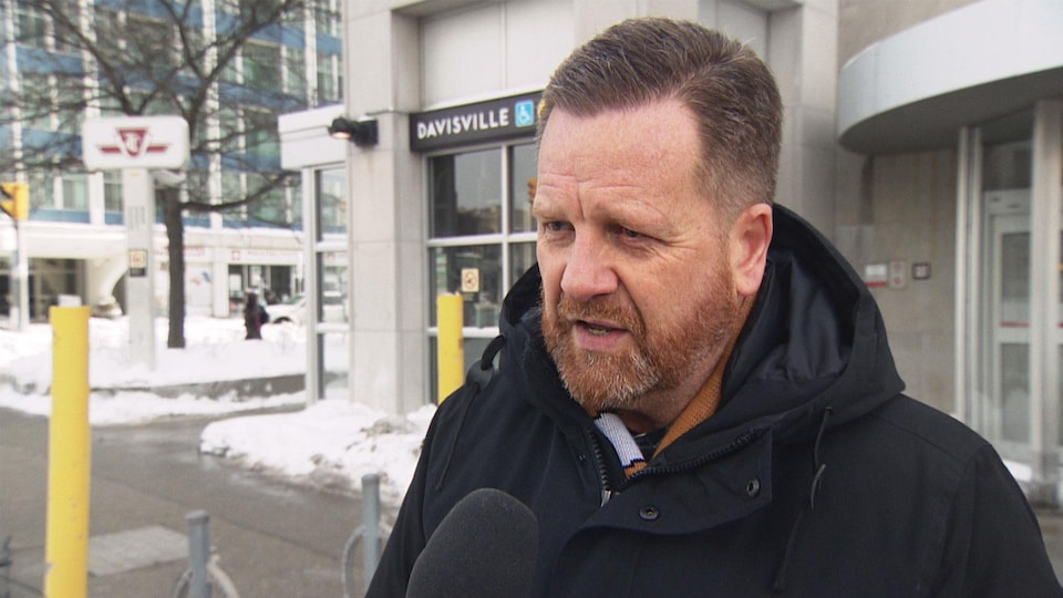 Stuart Green en entrevue dans une rue de Toronto