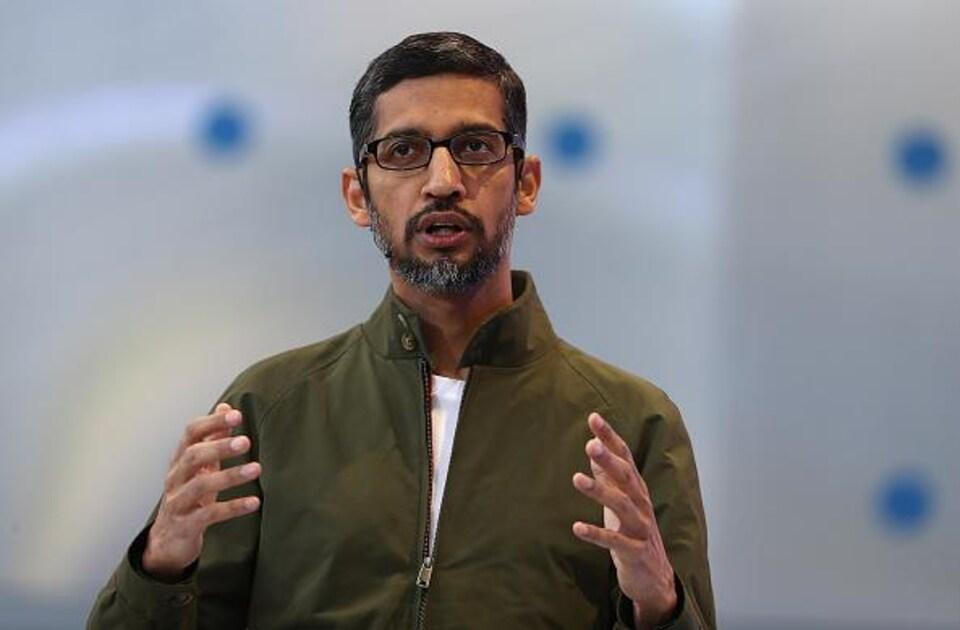 Le PDG de Google fait une présentation.