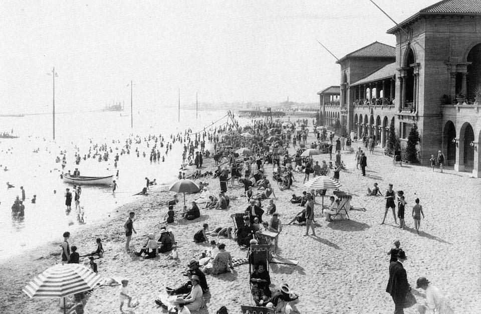 Les baigneurs dans l'eau et sur la plage