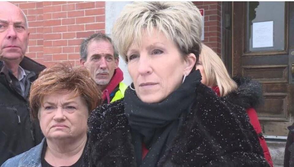 Susan Henley sur le parvis de la cour, appuyée de quelques sympathisants.