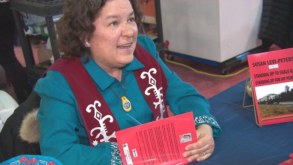 Susan Levi-Peters dédicace une copie de son livre «Standing Up To Shale Gas, Standing Up For My People».