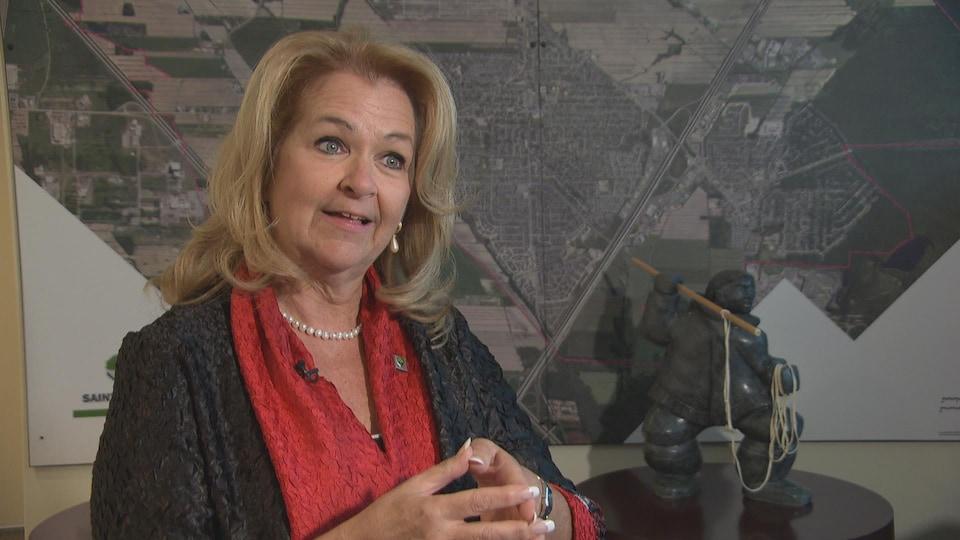 La mairesse de Sainte-Julie Suzanne Roy estime que la situation des femmes s'est lentement améliorée en politique municipale.