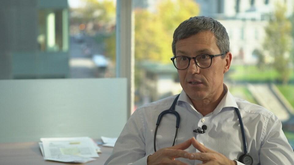 On voit le Dr Chouinard, assis, en entrevue.
