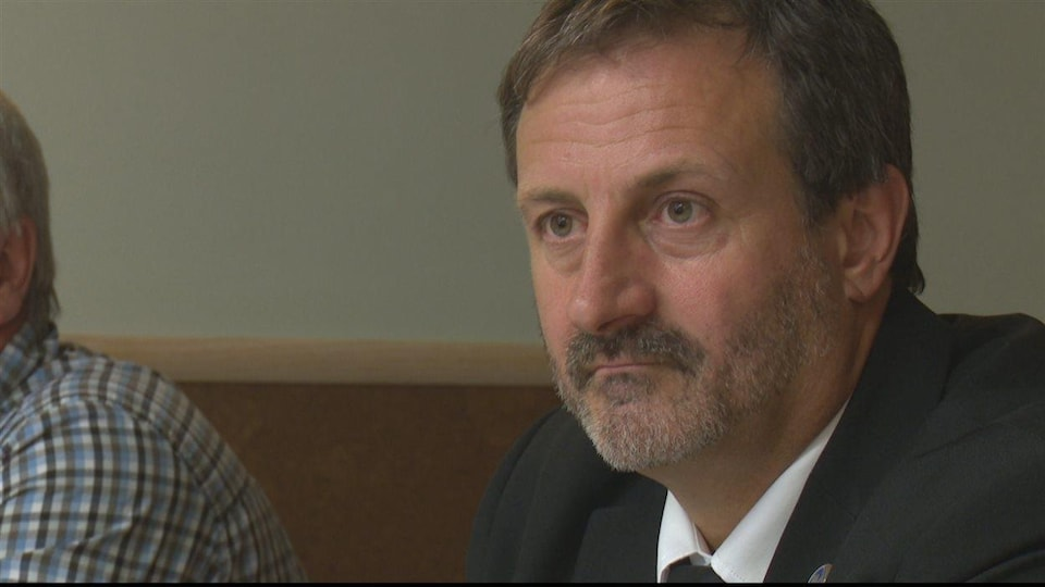 Le député de Bonaventure, Sylvain Roy, lors d'une conférence de presse