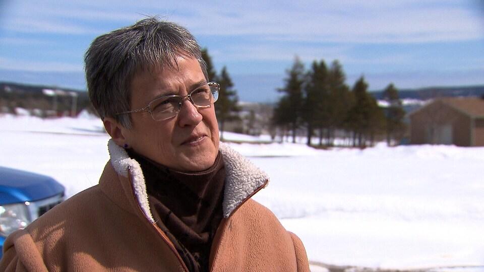 Sylvie Boulé, de Percé, déplore la présence d'un hélicoptère durant l'été dans le ciel du village touristique.
