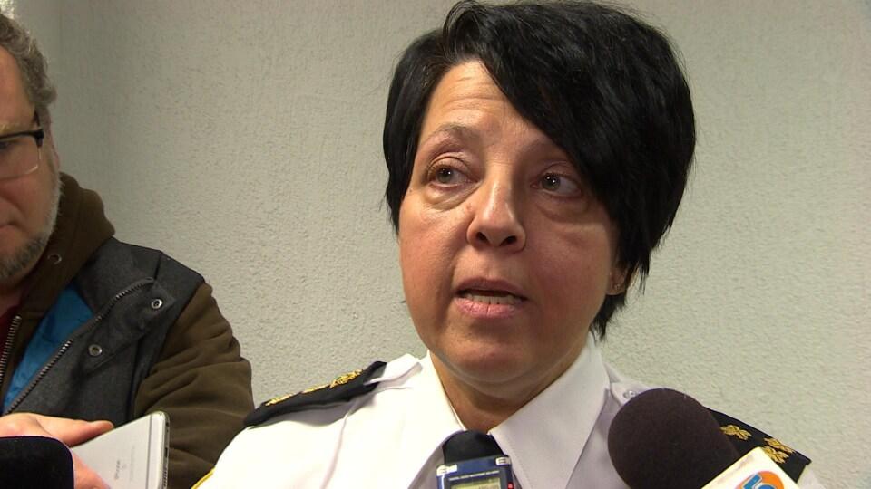 Une femme policière dans un point de presse.
