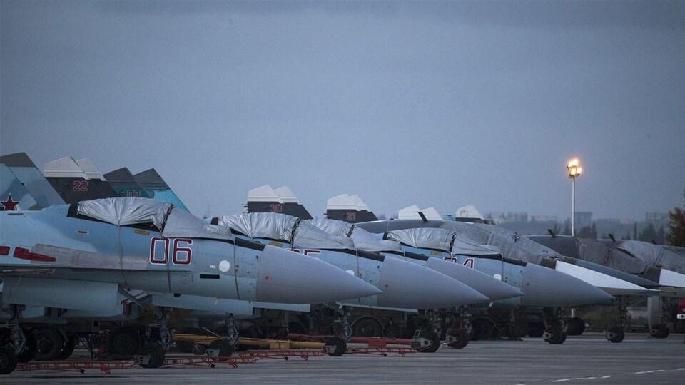 Des avions de chasse russe en rangée.