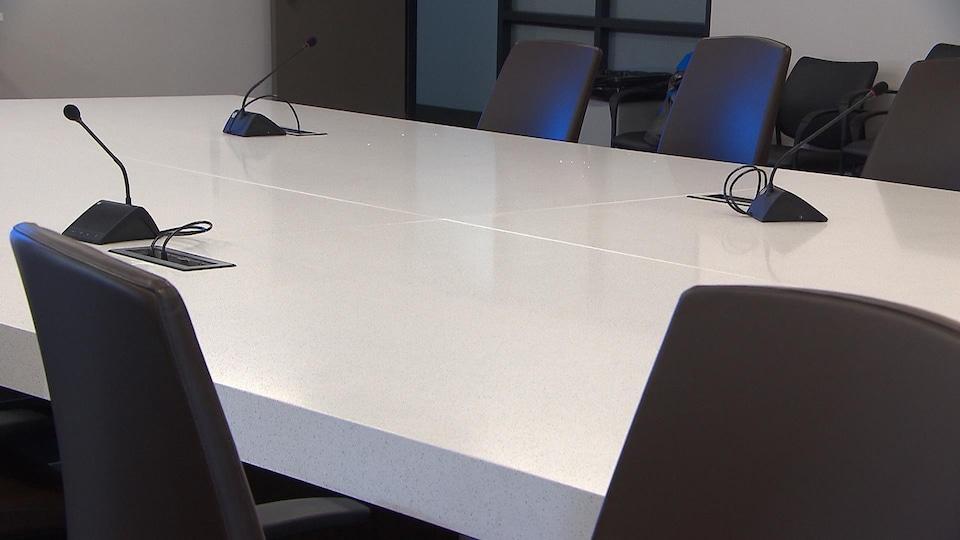 Cette table en quartz a été acquise et installée au coût de 38 000 $.