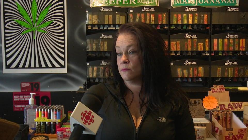 Tammy Gaugh en entrevue dans son magasin.