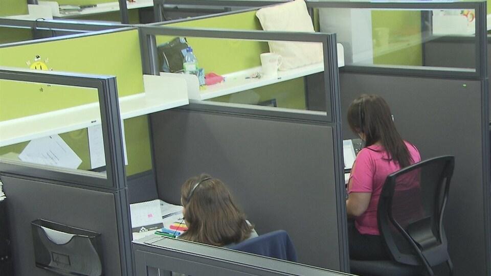 Téléphonistes de dos à leur bureau
