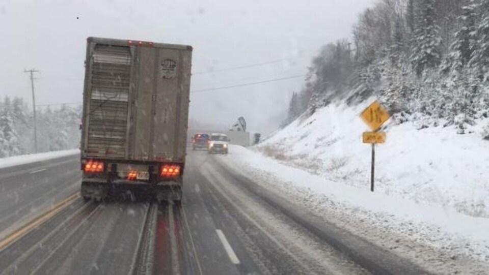 Un accident sur une route enneigé impliquant un camion de transport.