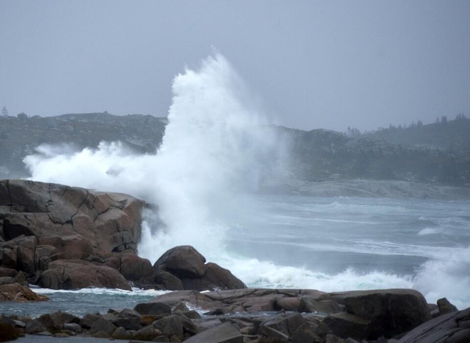 De hautes vagues frappent les roches.