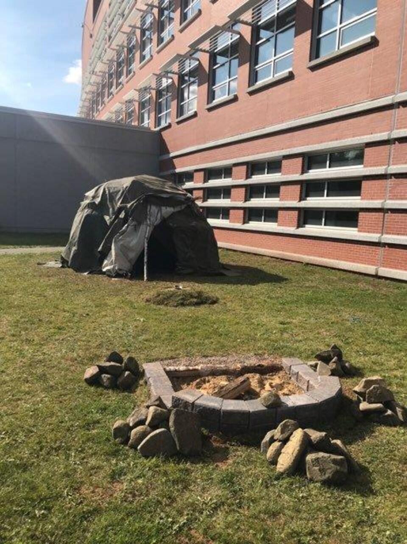 Tente de sudation à l'extérieur, près du bâtiment de la GRC.