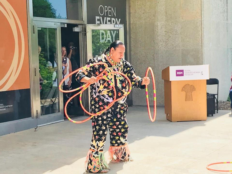 Un danseur manipule plusieurs cerceaux.