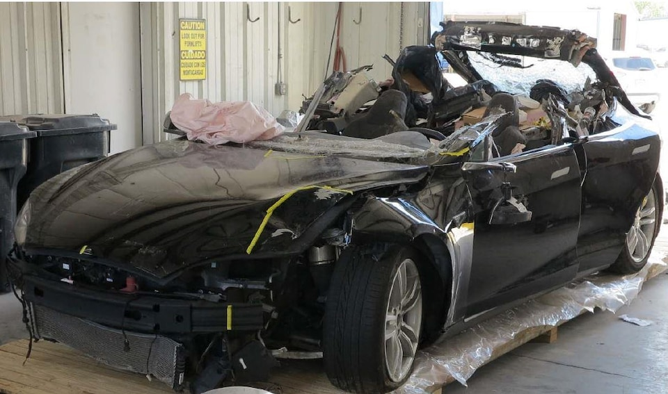 La voiture autonome Tesla accidentée en Floride, en mai 2016. On peut voir les dommages considérables à l'avant et sur le dessus du véhicule.