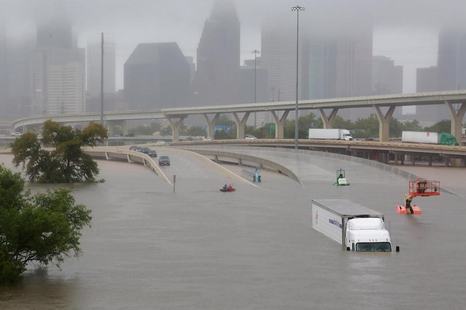 La plupart des autoroutes sont submergées à Houston, au Texas.