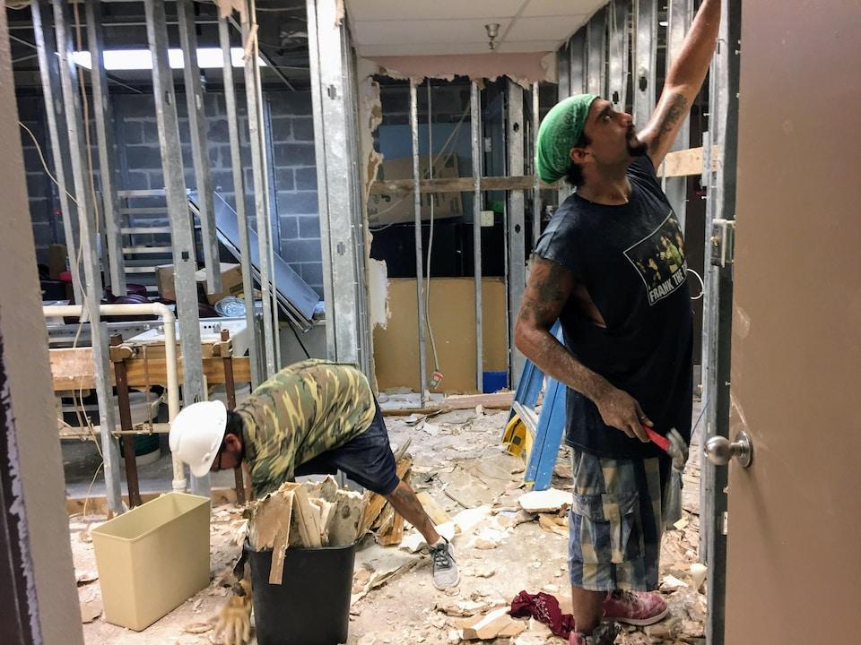 Des hommes réparent les structures de l'hôpital