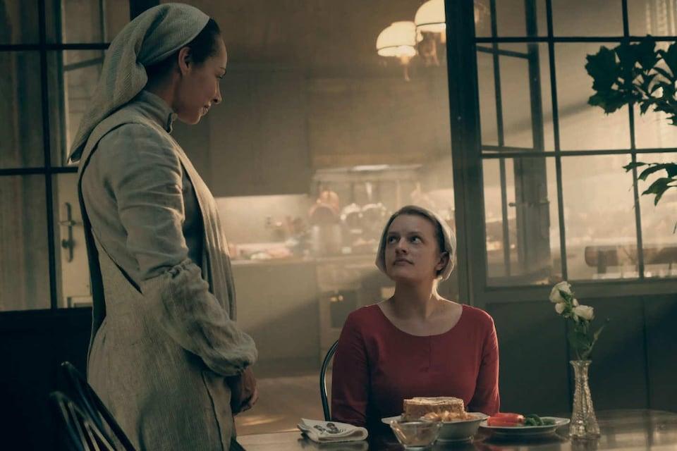 Les actrices Amanda Brugel et Elisabeth Moss dans la série «The Handmaid's Tale»