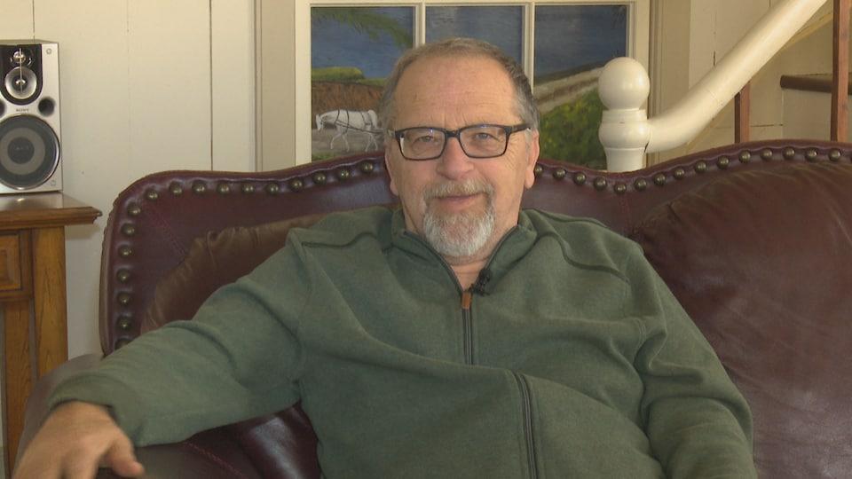 Bernard Thériault en entrevue dans sa maison