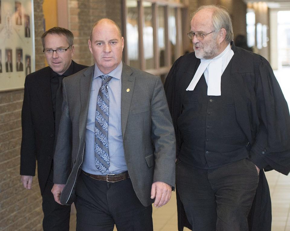 Thomas Harding en compagnie de son avocat, Me Tom Walsh à leur arrivée au palais de justice de Sherbrooke.