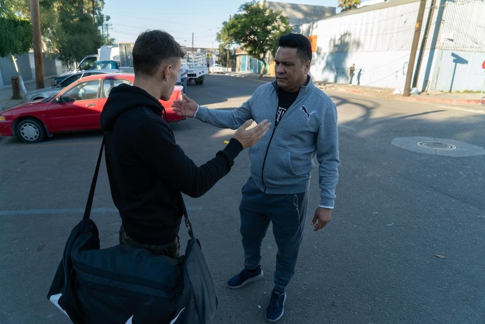 L'entraîneur de boxe Raoul Perez discute avec quelqu'un dans les rues de Tijuana.